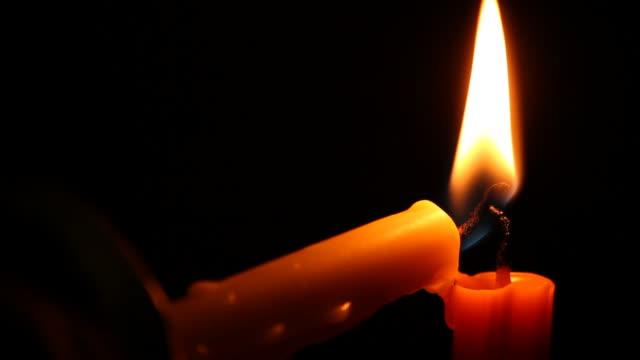 lume di candela nel buio. - lume di candela video stock e b–roll
