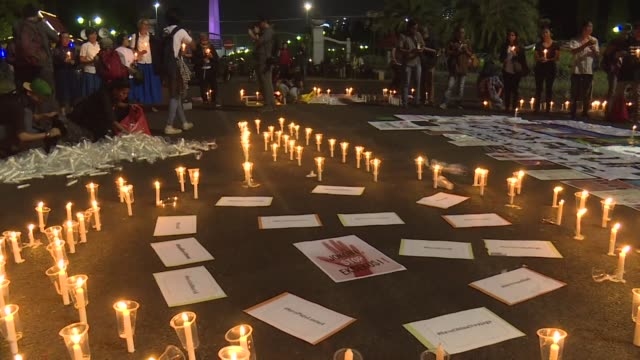 a candlelight vigil is held in front of indonesias presidential palace to protest against the imminent execution by firing squad of 14 drug convicts... - execution bildbanksvideor och videomaterial från bakom kulisserna