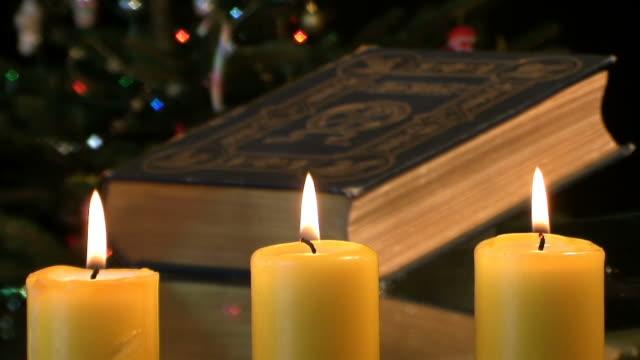 キャンドルと旧聖書 - 宗教的指導者 マルティン・ルター点の映像素材/bロール