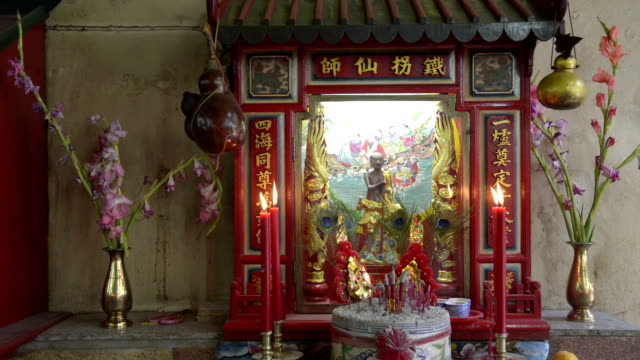 stockvideo's en b-roll-footage met candles burn in front of an chinese house altar - altaar