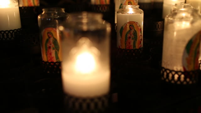 stockvideo's en b-roll-footage met candles burning inside of a church. - kerk
