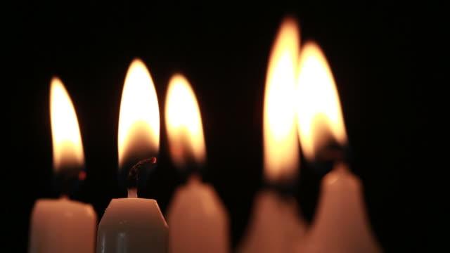 candles flickering in the breeze - fünf gegenstände stock-videos und b-roll-filmmaterial