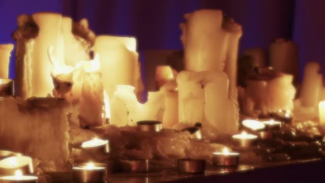 vidéos et rushes de bougies dans un groupe-dolly piste autour d'une haute définition - papier peint