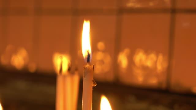 vidéos et rushes de bougies dans l'église - souvenirs