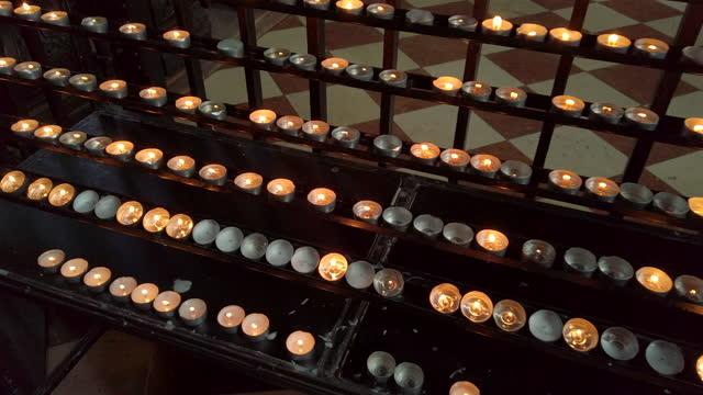 stockvideo's en b-roll-footage met candles in the church - oostenrijkse cultuur