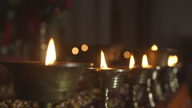 vidéos et rushes de candles in tibetan monastery, close-up - monastère