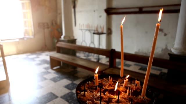 vídeos de stock, filmes e b-roll de velas em uma igreja de calvi, córsega - calvi