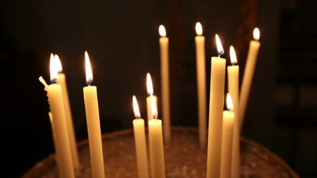 vídeos y material grabado en eventos de stock de velas en una iglesia en roma - grupo mediano de objetos
