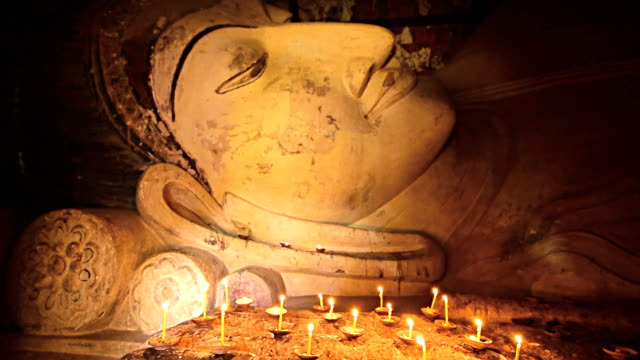 vídeos y material grabado en eventos de stock de velas iluminación con buddha imagen en bagan, myanmar - cabeza afeitada