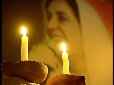 candles lit in memory of benazir bhutto following her death - 仮設追悼施設点の映像素材/bロール