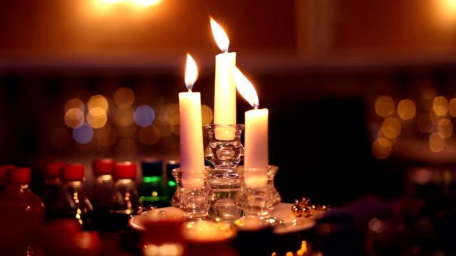 vídeos de stock, filmes e b-roll de velas na mesa - vela equipamento de iluminação
