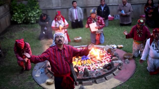 vídeos de stock, filmes e b-roll de candles sugar bread cocoa snuff and incense are offered to welcome the mayan new year ab' 5132 known as kajib' no'j during a ceremony at the academy... - snuff
