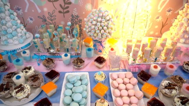 vídeos de stock e filmes b-roll de candy bar dessert table - banquete