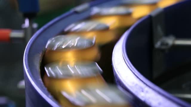 vidéos et rushes de produits en conserve produits par des machines automatiques. - groupe d'objets