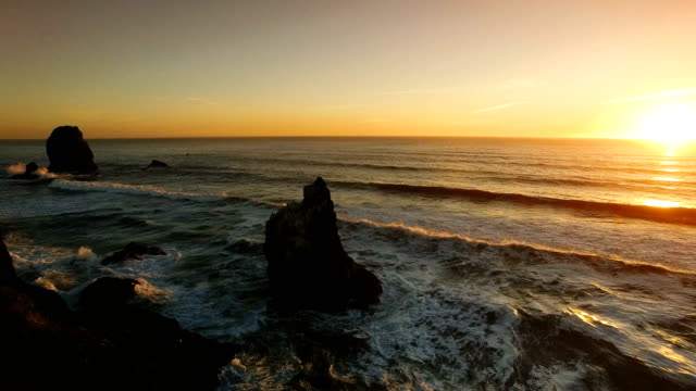 stockvideo's en b-roll-footage met cannon beach en hooiberg rock - oregon coast
