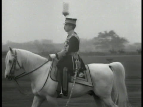 vidéos et rushes de cannon firing japanese emperor showa hirohito on walking white horse japanese soldiers walking street ws chinese building on fire chinese people... - 1931
