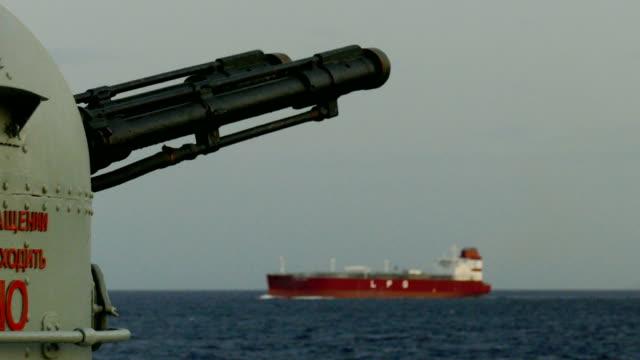 vidéos et rushes de canon d'un navire de guerre sur le fond d'un pétrolier - turquie