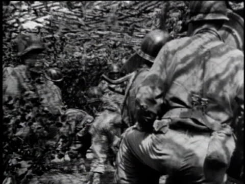 vídeos de stock, filmes e b-roll de cannon / soldiers uncovering cannon / soldiers moving equipment / soldiers assembling equipment for war / group of soldiers under camouflage /... - tremido