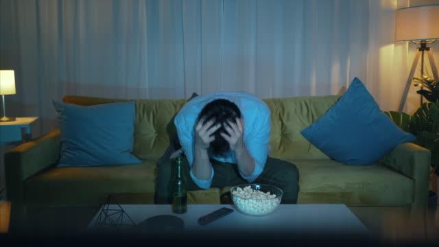 vídeos de stock, filmes e b-roll de não acredito que perderam o jogo nos últimos minutos. - perda