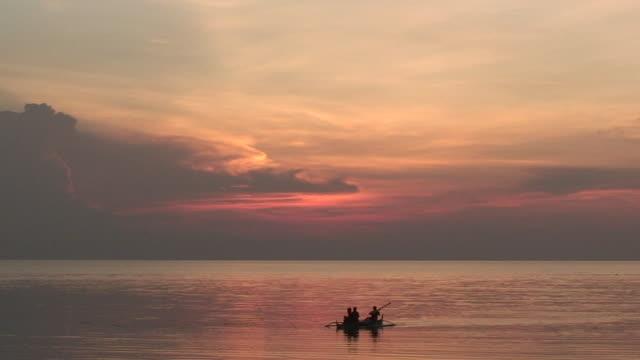 Kanu fahren bei Sonnenuntergang