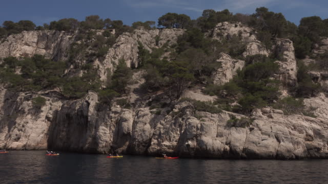 canoeing and kayaking in a calanque (limestone cliffs) near cassis - canoeing and kayaking stock videos & royalty-free footage