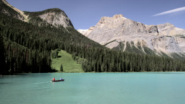 vidéos et rushes de canoeing in emerald lake, yoho national park, canada - canoë