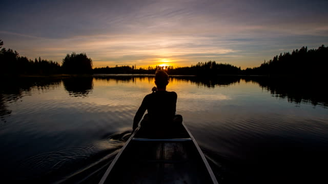 stockvideo's en b-roll-footage met canoeing in the sunset - ontdekkingsreiziger