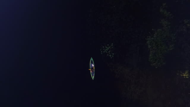 Kanutour auf einem Fluss mit Hund