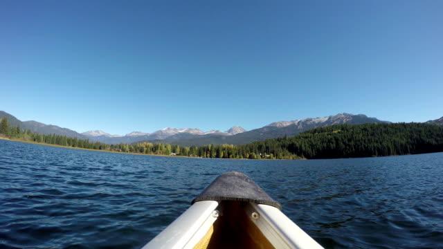 kanufahren auf dem alta lake in whistler, v. chr., kanada - kanu stock-videos und b-roll-filmmaterial