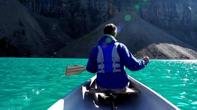 vidéos et rushes de canoë sur le lac de montagne - en individuel
