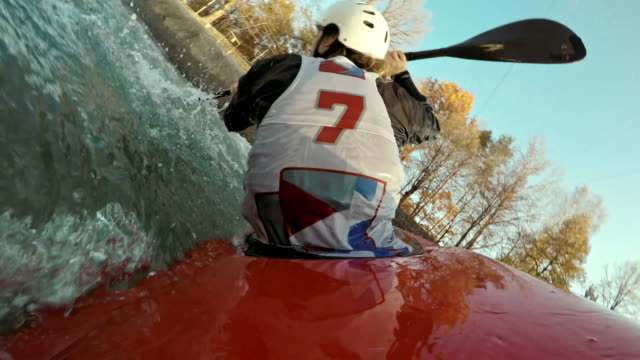 vídeos de stock, filmes e b-roll de pov canoeist paddling on the slalom course in competition - canoagem