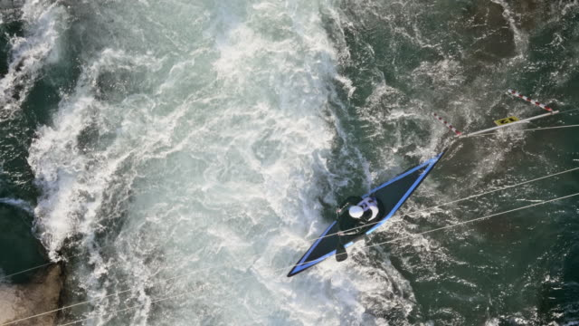 vídeos de stock, filmes e b-roll de aerial canoeist reaching the finish in a canoe slalom competition - canoagem