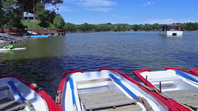 """stockvideo's en b-roll-footage met canoes and paddle boats on the lake of """"casa de campo"""". - waterfiets"""
