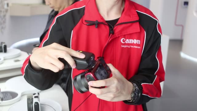 canon employee demonstrating digital dslr camera flash operation canon showroom in hong kong on january 29 2013 in hong kong hong kong - digital camera stock videos and b-roll footage