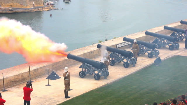 stockvideo's en b-roll-footage met canon firing on the saluting battery above the grand harbour - valletta