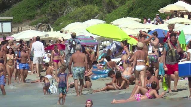 Cansados de que invadan sus espacios los habitantes de diferentes destinos espanoles piden que se limite el turismo una actividad que genera el 11%...