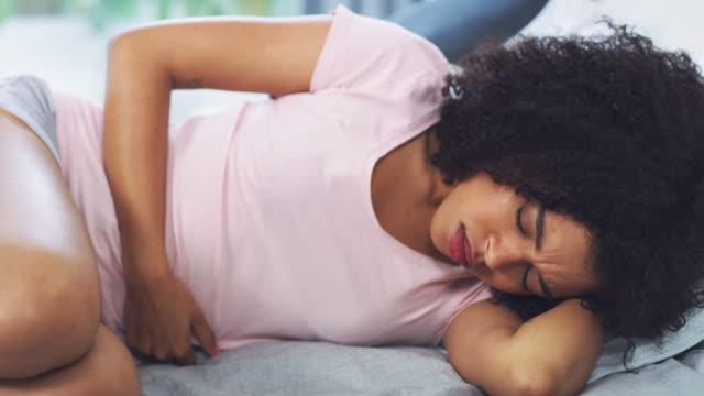 私はこれらの痛みで1オンスの睡眠を得ることができない - 様式点の映像素材/bロール