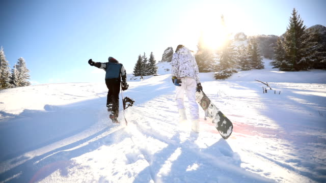 vídeos de stock e filmes b-roll de can't wait to get to the top - snowboard