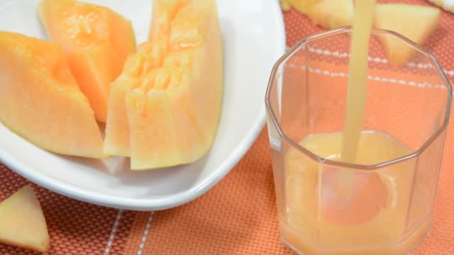vídeos de stock e filmes b-roll de cantaloupe juice or musk melon juice - fenómeno natural
