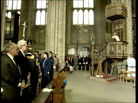 canterbury cathedral int george carey singing during service george carey speaking during service sot as the nation mourns we give thanks to god for... - bagram bildbanksvideor och videomaterial från bakom kulisserna