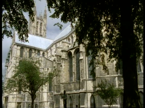 vidéos et rushes de canterbury cathedral, kent - trees in foreground, windy - xième siècle