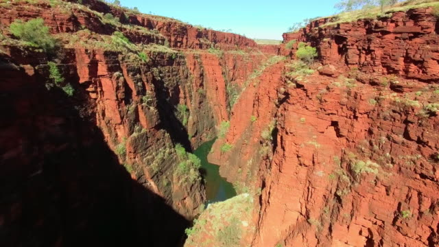 canyon in karijini national park / australia - felswand stock-videos und b-roll-filmmaterial