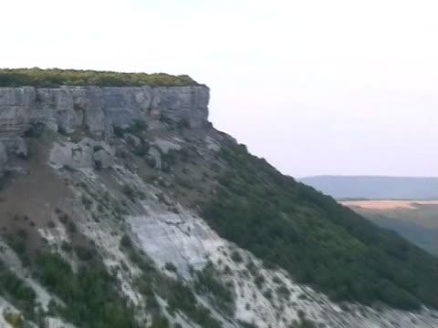 vídeos de stock, filmes e b-roll de canyon próximo ao mosteiro uspensky, bakhchisarai, crimeia, ucrânia - passear sem destino
