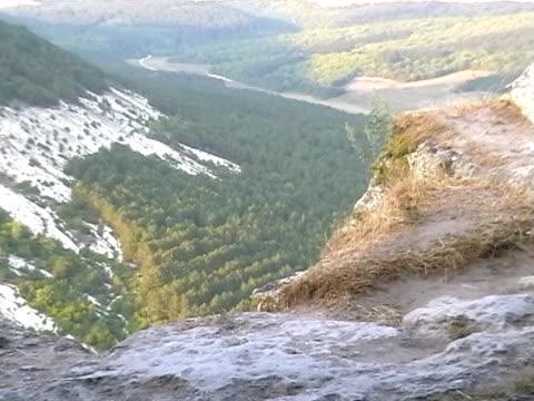 canyon nahe uspenski-kloster, bakhchisarai, krim, ukraine - herumfahren stock-videos und b-roll-filmmaterial