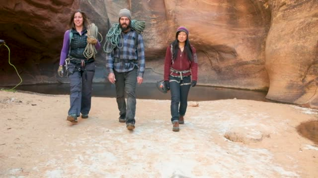 canyoning in moab, utah - nationalpark stock-videos und b-roll-filmmaterial