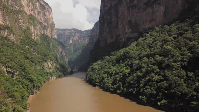 vídeos de stock, filmes e b-roll de cañon del sumidero, sumidero canyon - desfiladeiro