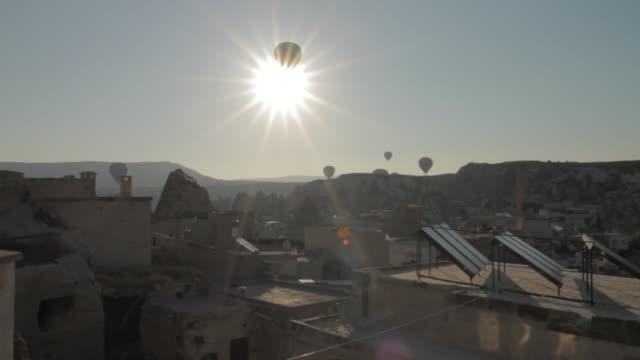 vídeos de stock, filmes e b-roll de capadokia baloons - festa do balão de ar quente