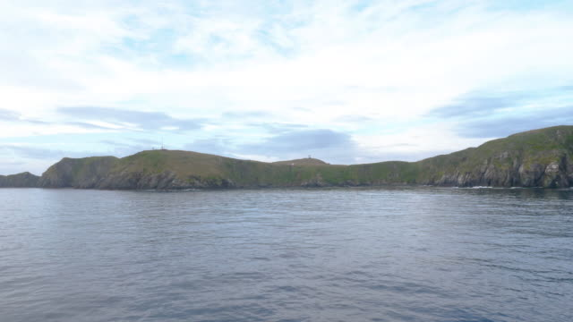vídeos de stock, filmes e b-roll de cape horn island viewed from a cruise boat - passear sem destino