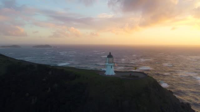 vídeos de stock e filmes b-roll de cape reinga lighthouse. - farol estrutura construída