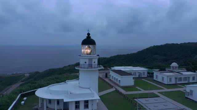 vídeos de stock e filmes b-roll de aerial ws cape santiago lighthouse at night - farol estrutura construída